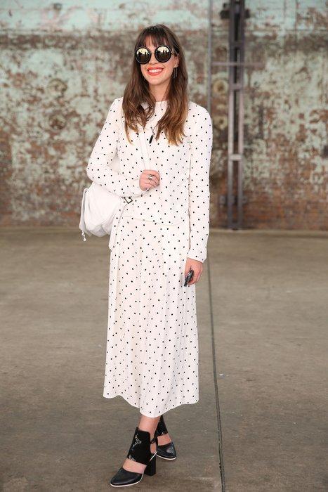 Eine Besucherin der Australia Fashion Week