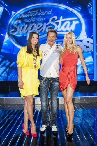 Michelle Hunziker posiert mit Dieter Bohlen und Dana Schweiger.