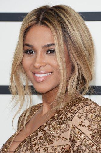 Ciara: Faux Bob mit Strähnchen