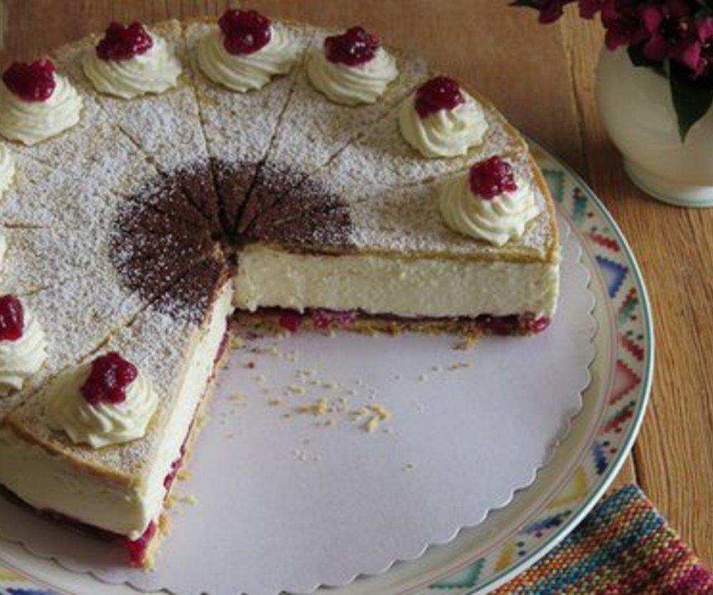 Feine Käsesahne-Torte mit Preiselbeeren und Eierlikör