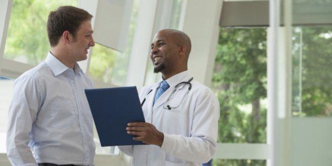 Samenbank: Mann beim Arzt.