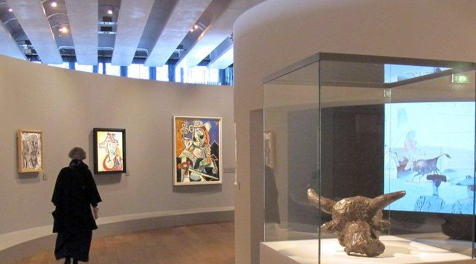 """Der Stierkopf aus Bronze (vorn) und das großformatige Gemälde """"Der Matador"""" (m) in Marseille."""