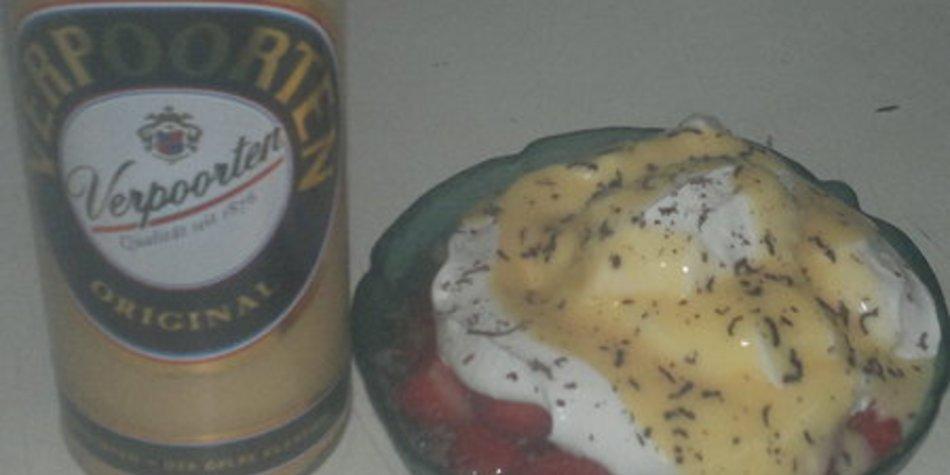 sahnige Puddingcreme mit Erdbeeren und Verpoorten Eierlikör