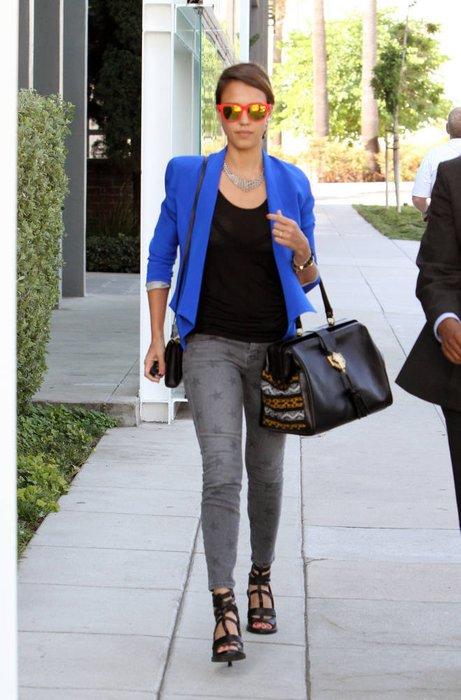 Jessica Alba mit Skin Tight Jeans und Blazer