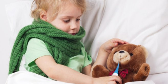 Fieber messen: Kind misst seinem Teddy Fieber