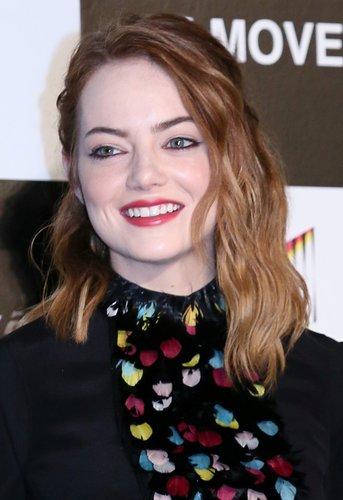 Emma Stone: Halbzopf mit Wellen