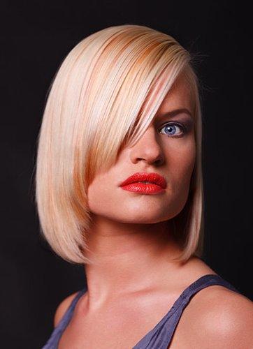 Blonder kinnlanger Bob im Sleek Look