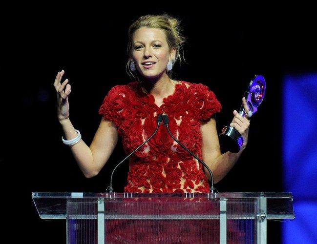 Blake Lively steht mit einem Award am Rednerpult.