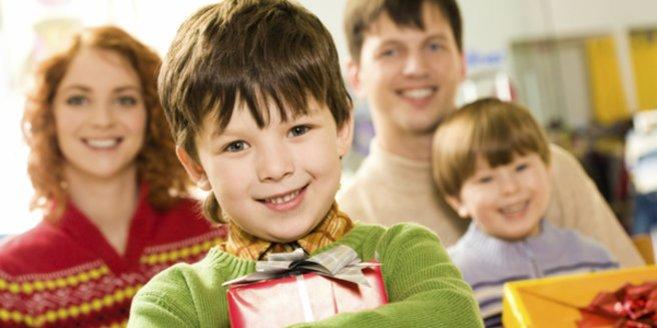 Geschenke zur Einschulung: Kind mit Geschenken.