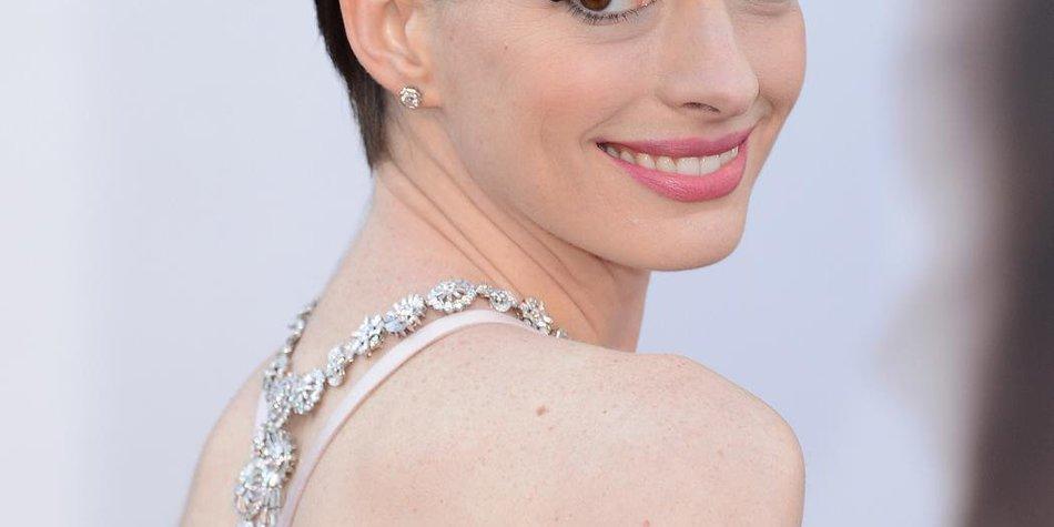 Anne Hathaway ist wieder brünett