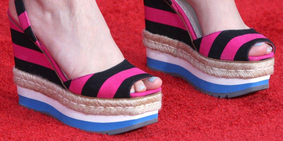Schauspielerin Ginnifer Goodwin trägt bunt gemusterte Espadrilles-Wedges