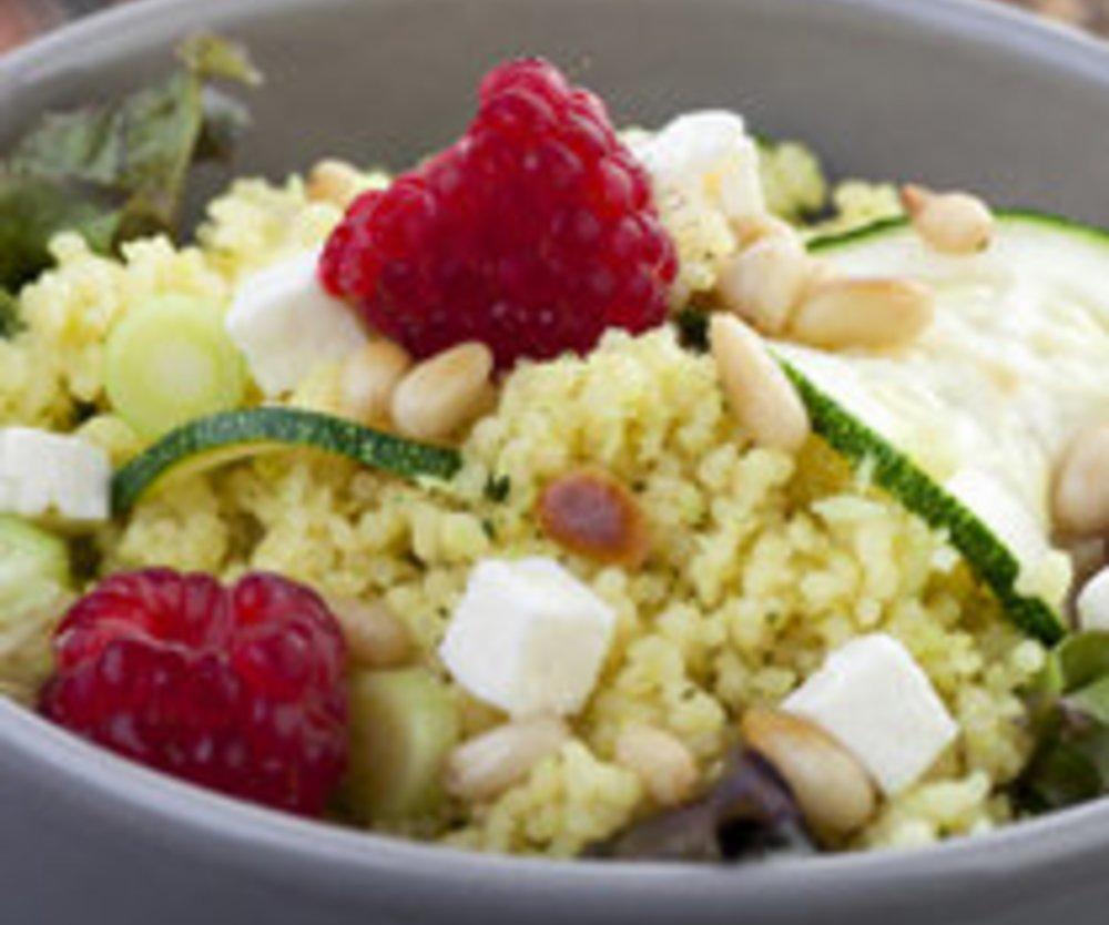 Couscous-Salat mit Zucchini und Himbeeren