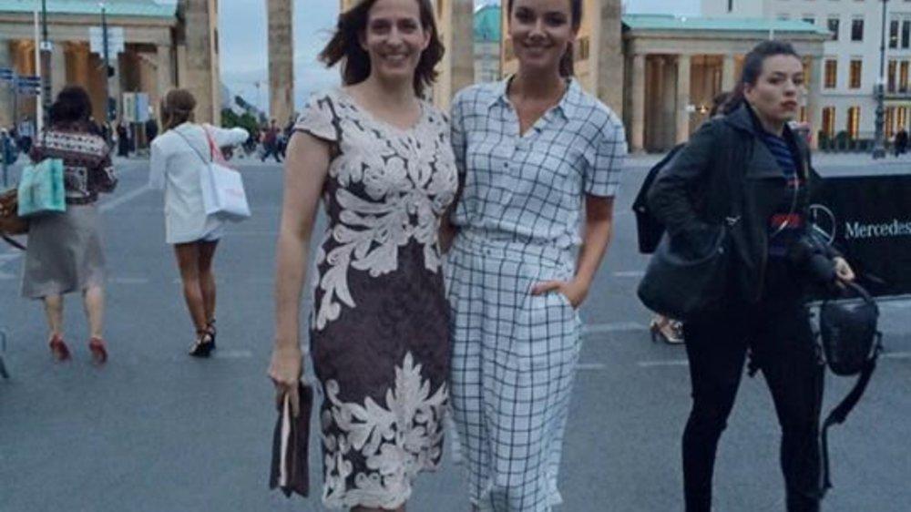 Janina Uhse besucht die Berlin Fashion Week in schickem Karo-Dress