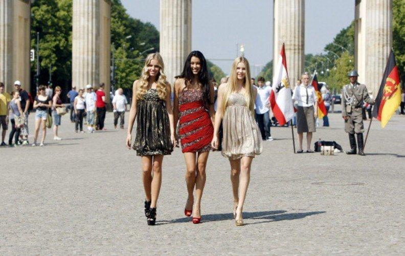 Amelie Klever mit den anderen Finalistinnen Jana Beller und Rebecca Mir 2011