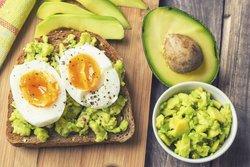 Eier und Avocado für Muskelaufbau
