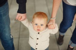 Baby, 9 Monate, lernt laufen.