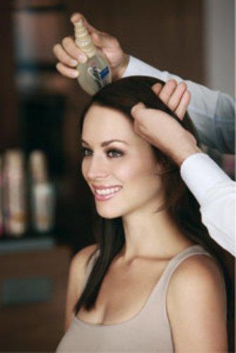 Die Haare erhalten mehr Halt durch spezielle Haarpflege