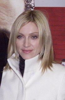 Madonna mit fransigem Long Bob