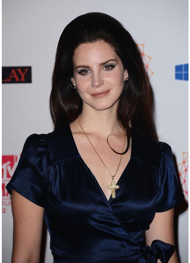 Lana Del Rey lächelt