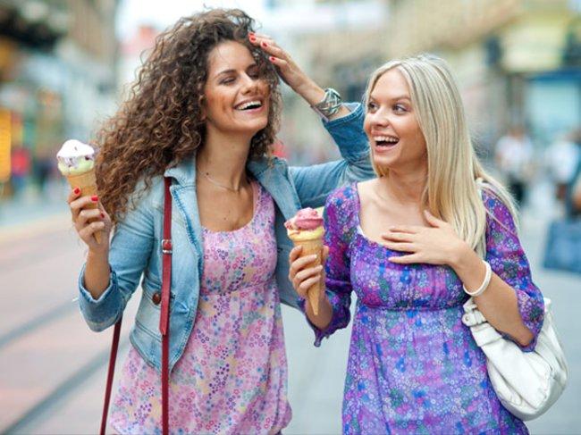 Freundinnen und Eiscreme