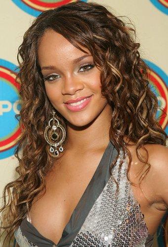 Rihanna mit natürlichen Locken