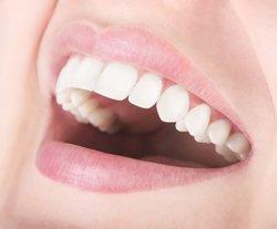 Weiße Zähne mit Aktivkohle-Zahnpasta