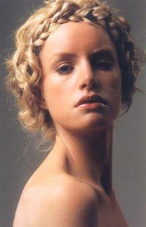 Lockig hochgestecktes Haar mit elegantem Zopfelement