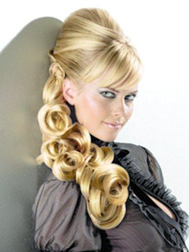 Blonde Haare halb hochgesteckt und hinten gelockt