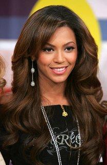 Beyonce Knowles mit dunklen Wellen