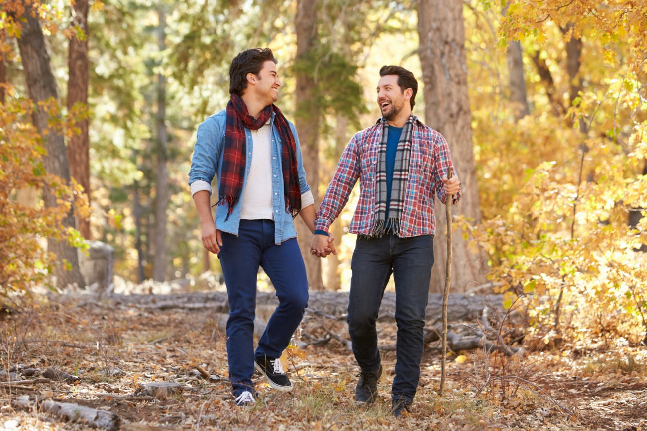 Händchenhalten von homosexuellen Paaren