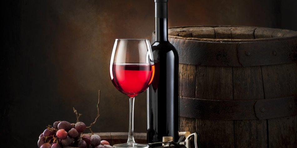 Weinglas und Rotweinflasche