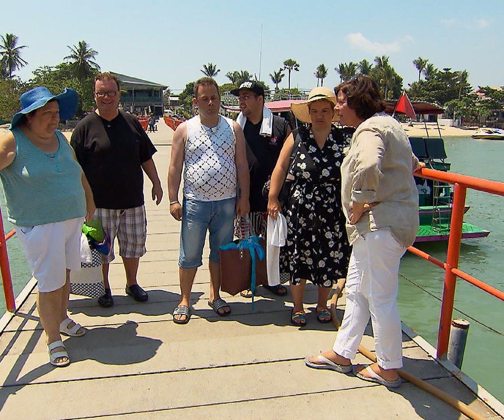 Vera Int-Veen (r.) trifft auf (v.l.) Irene, Willi, Mario, Sascha und Beate und ist gespannt auf Beates Entscheidung.