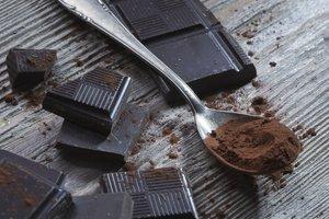 Schokolade mit hohem Kakaogehalt ist eine gut Süßigkeitenoption für Menschen mit Eisenmangel.