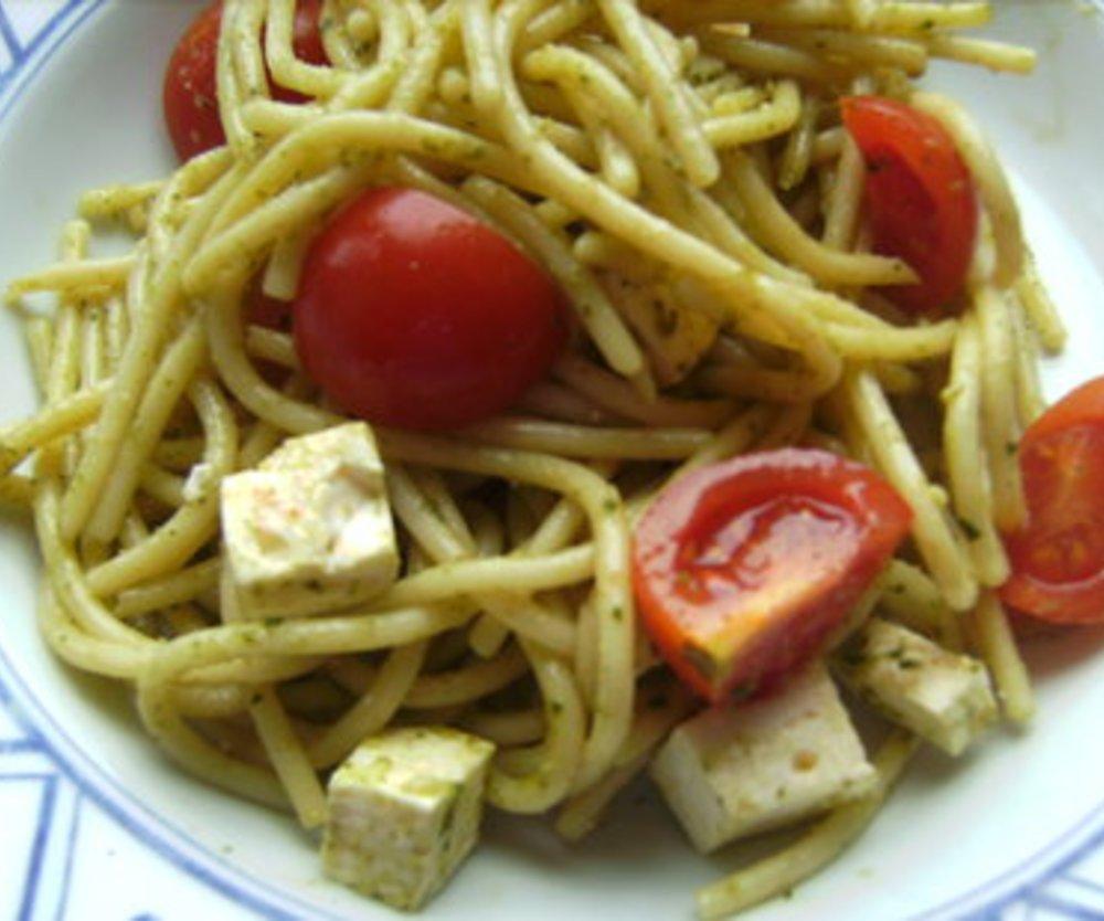 Spaghettisalat mit Fetakäse und Cocktailtomaten