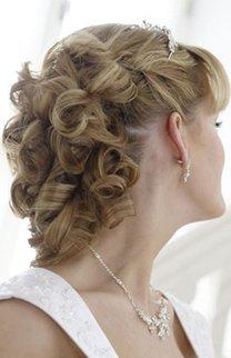 Brautfrisur mit Locken und Diadem