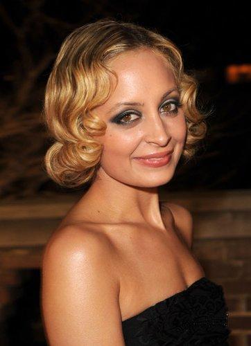 Nicole Richie trägt Make-up im Stil der 20er Jahre