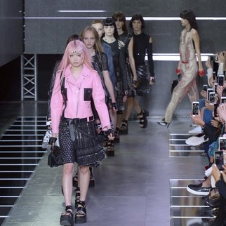 Models present creations for Louis Vuitton during the 2016 Spring/Summer ready-to-wear collection fashion show, on October 7, 2015 in Paris. AFP PHOTO / BERTRAND GUAY (Photo credit should read BERTRAND GUAY/AFP/Getty Images)