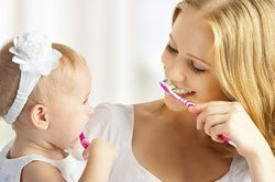 Baby, 8 Monate, beim Zähne putzen.