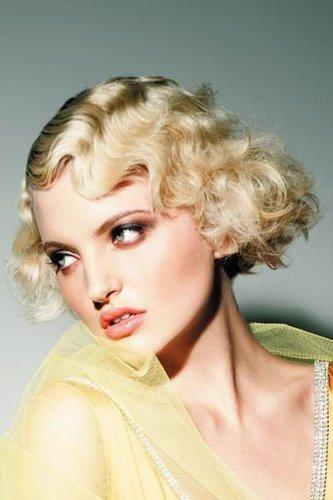 Blonder Lockenbob mit Wasserwelle