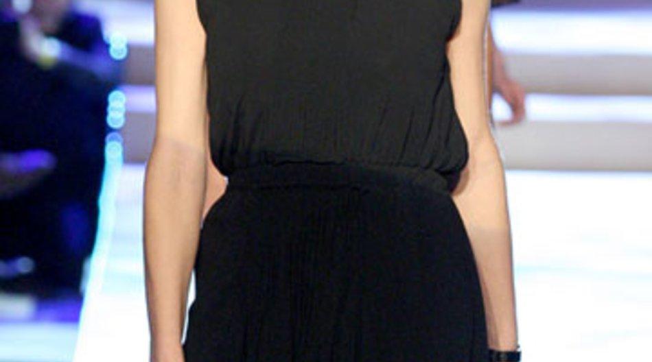 Eva Herzigova schwanger auf dem Laufsteg