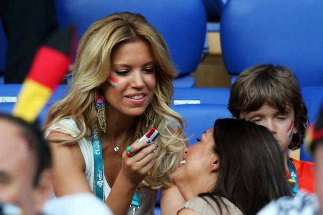 Sylvie Van Der Vaart schminkt eine Freundin
