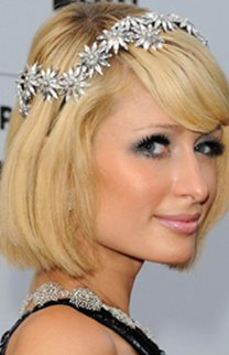 Paris Hilton mit Longbob mit schräger Ponypartie und Blumenband