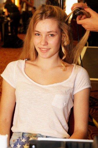 Amelie Klever wird für eine Fashion-Show 2012 in köln gestylt.