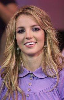 Britney Spears mit blonden Wellen