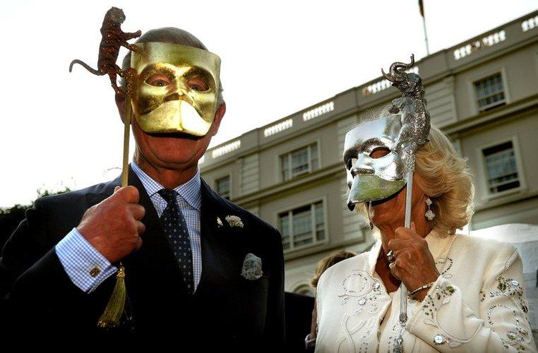 Prinz Charles und Camilla Parker Bowles mit zwei Masken