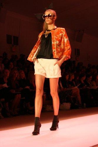 Frühlingshafte Kombi von kurzer Hose und Jacke auf der New York Fashion Week 2010