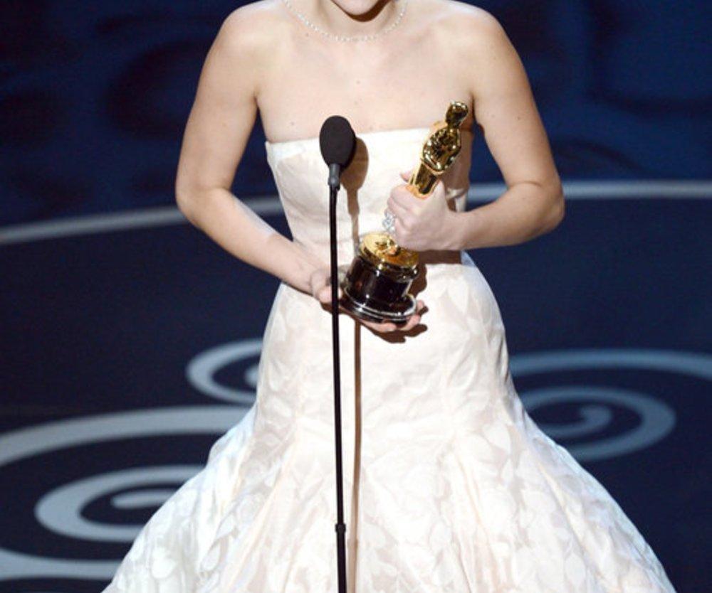 Jennifer Lawrence mit dem Oscar