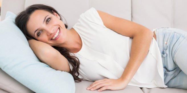 Bechermethode: Frau liegt auf Sofa