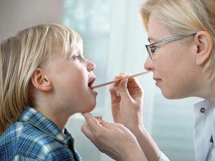 Mandelentzündung: Kind bei Untersuchung