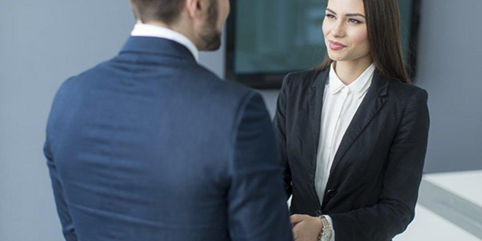 Business-Frau begrüßt Kollegen